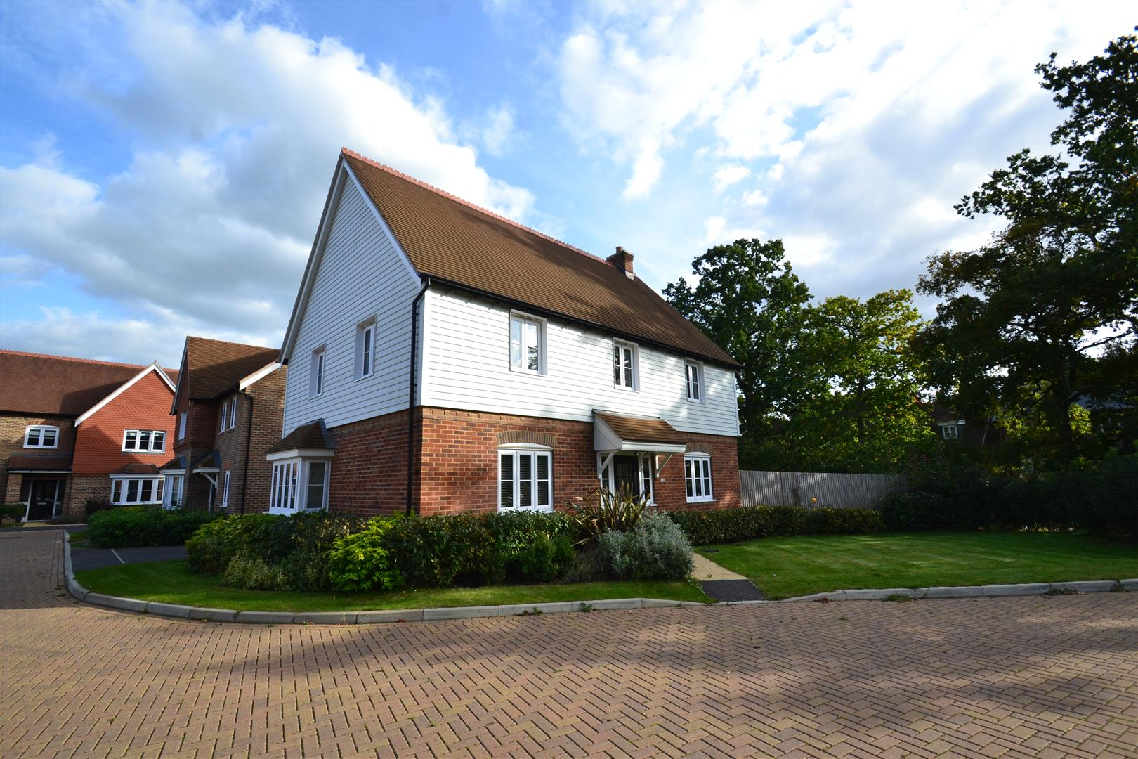 4 Bedrooms Detached House for sale in Haine Close, Horley